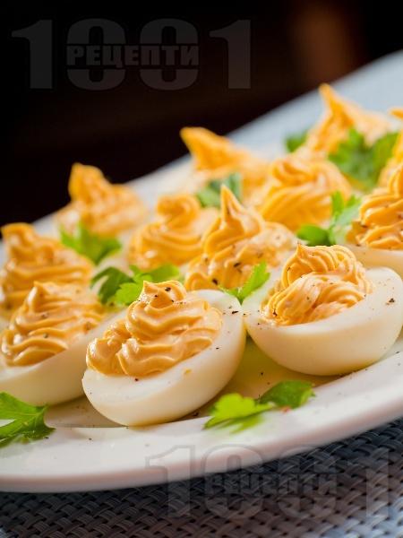 Фаршировани яйца пълнени с майонеза и горчица - снимка на рецептата